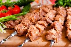 Ruwe kebab op houten raad Stock Fotografie