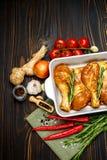 Ruwe kippenbenen in bakselschotel op een houten achtergrond Royalty-vrije Stock Foto's