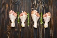 Ruwe kippenbenen in bakselschotel op een houten achtergrond Stock Foto's