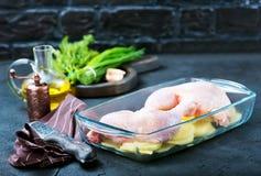 Ruwe kippenbenen en aardappel Royalty-vrije Stock Foto