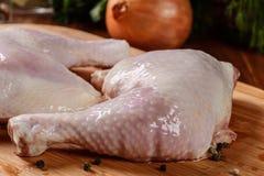 Ruwe kippenbenen en marinadeingrediënten Royalty-vrije Stock Afbeeldingen