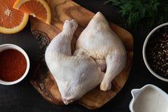 Ruwe kippenbenen en marinadeingrediënten op de houten raad royalty-vrije stock foto's
