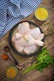 Ruwe kippenbenen in kom Royalty-vrije Stock Afbeeldingen