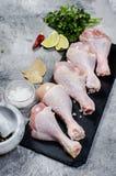 Ruwe kippenbenen met kruid Stock Foto's