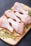 Ruwe kippenbenen met kruiden Stock Foto's