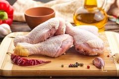 Ruwe kippenbenen met kruiden Royalty-vrije Stock Afbeeldingen