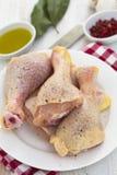 Ruwe kippenbenen op schotel Royalty-vrije Stock Fotografie