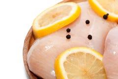 Ruwe kippenborst, citroen, peper op houten plaat Royalty-vrije Stock Fotografie