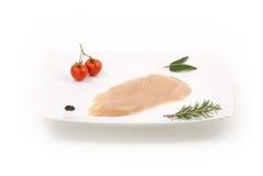 Ruwe kippenborst op witte schotel met kruiden Stock Afbeeldingen
