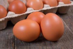 Ruwe kippeneieren in een document vakje Royalty-vrije Stock Foto's