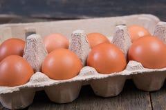 Ruwe kippeneieren in een document vakje Royalty-vrije Stock Afbeeldingen