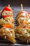 Ruwe kippenvleespennen met groenten en kruiden stock afbeelding