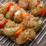 Ruwe kippenvleespennen met groenten en kruiden royalty-vrije stock afbeeldingen