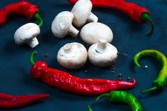 Ruwe kippenvleugels met kruiden in een transparante kombloemkool met tomaten en kruiden Stock Afbeelding