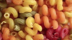 Ruwe kleurrijke deegwaren dichte omhooggaand stock footage