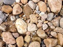 Ruwe, kleurrijke rotsen op een Strand van het Blokeiland stock afbeelding