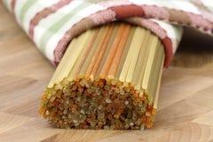 Ruwe kleurrijke spaghetti stock foto's