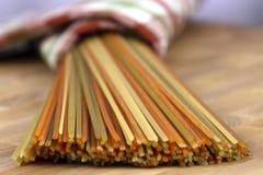 Ruwe kleurrijke spaghetti royalty-vrije stock foto's