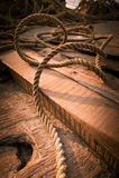Ruwe kokosnotenkabel bij houten vissersbootdek royalty-vrije stock foto