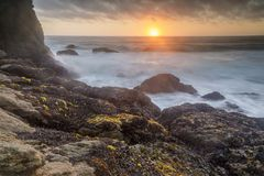 Ruwe kustlijnzonsondergang over Gray Whale Cove State Beach royalty-vrije stock foto