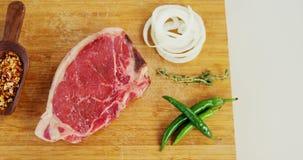 Ruwe lapje vlees en ingrediënten op hakbord stock video