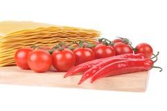 Ruwe lasagna's met tomaat en peper stock foto's