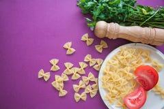 Ruwe macaroni farfalle stock afbeeldingen