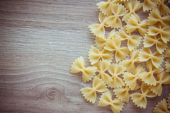 Ruwe macaroni farfalle royalty-vrije stock foto's