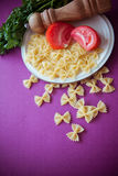Ruwe macaroni farfalle stock foto