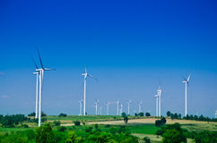 Ruwe machtsenergie Windturbines om elektriciteit te veroorzaken stock fotografie