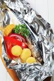 Ruwe makreel en groenten Stock Foto's