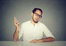 Ruwe mens die telefoongesprek hebben royalty-vrije stock afbeeldingen