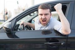 Ruwe mens die zijn auto en het debatteren drijven Stock Afbeelding