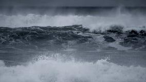 Ruwe oceaangolven die in langzame motie breken stock videobeelden