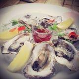 Ruwe oesters met citroen en vinaigrette Royalty-vrije Stock Fotografie