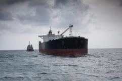 Ruwe olietanker op zee Stock Foto