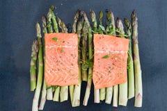 Ruwe ongekookte zalm en asperge op bakseldienblad Royalty-vrije Stock Afbeelding