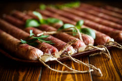 Ruwe organische eigengemaakte die worst van natuurlijk vlees wordt gemaakt Stock Foto