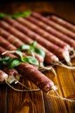 Ruwe organische eigengemaakte die worst van natuurlijk vlees wordt gemaakt Stock Afbeelding