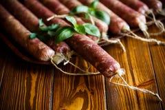 Ruwe organische eigengemaakte die worst van natuurlijk vlees wordt gemaakt Royalty-vrije Stock Afbeeldingen