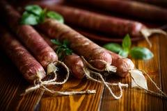 Ruwe organische eigengemaakte die worst van natuurlijk vlees wordt gemaakt Stock Foto's