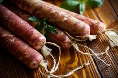 Ruwe organische eigengemaakte die worst van natuurlijk vlees wordt gemaakt Royalty-vrije Stock Foto's