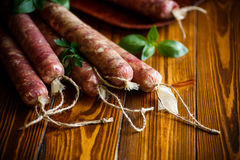 Ruwe organische eigengemaakte die worst van natuurlijk vlees wordt gemaakt Stock Fotografie