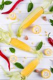 Ruwe Organische Gele Maïskolven Klaar aan grill met de het hete knoflook en kruiden van de Spaanse peperpeper Royalty-vrije Stock Afbeeldingen