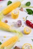Ruwe Organische Gele Maïskolven Klaar aan grill met de het hete knoflook en kruiden van de Spaanse peperpeper Stock Foto's