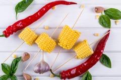 Ruwe Organische Gele Maïskolven Klaar aan grill met de het hete knoflook en kruiden van de Spaanse peperpeper Royalty-vrije Stock Afbeelding