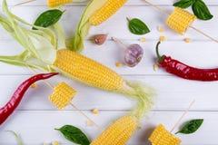 Ruwe Organische Gele Maïskolven Klaar aan grill met de het hete knoflook en kruiden van de Spaanse peperpeper Stock Fotografie