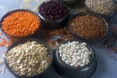 Ruwe organische graankorrels, zaden en bonen & x28; gierst, rogge, tarwe, boekweit, rode en witte bonen, linze, rice& x29; stock fotografie