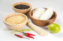 Ruwe organische rijst, kalk en peper Stock Foto