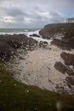 Ruwe overzees bij Landtong Rhoscolyn Royalty-vrije Stock Foto